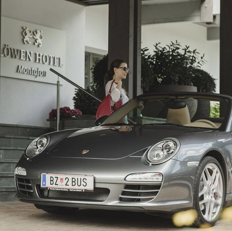 Arrival by car at the Löwen Hotel